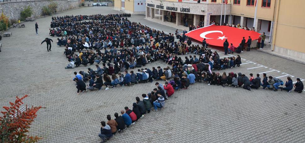 600 ÖĞRENCİ 'ATATÜRK' YAZISI OLUŞTURDU