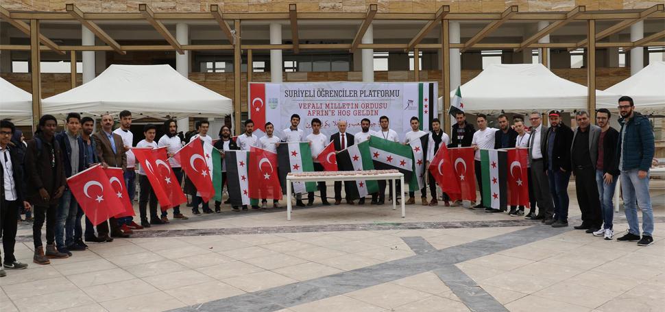Suriyeli öğrenciler Afrin Zaferi için lokma dağıttı