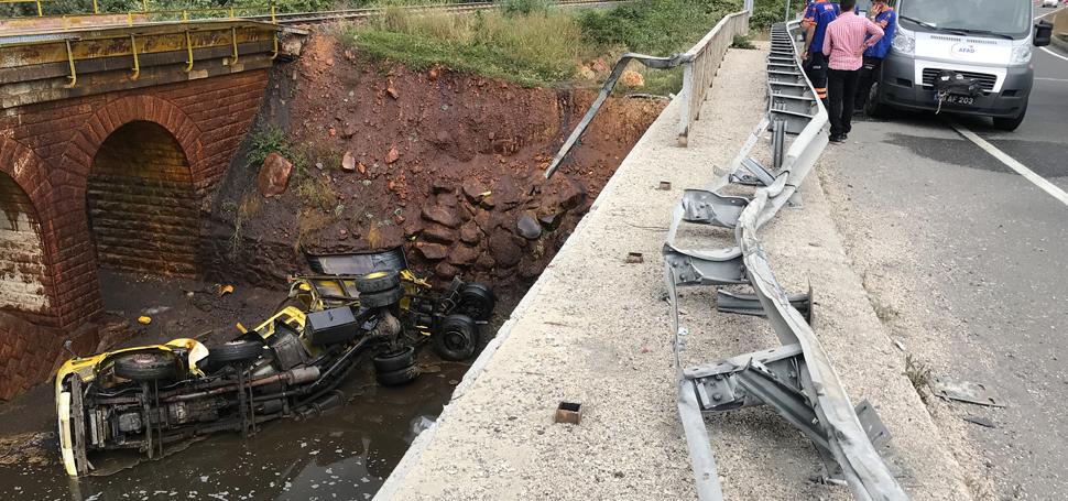 Kimyasal madde yüklü tanker köprüden düştü