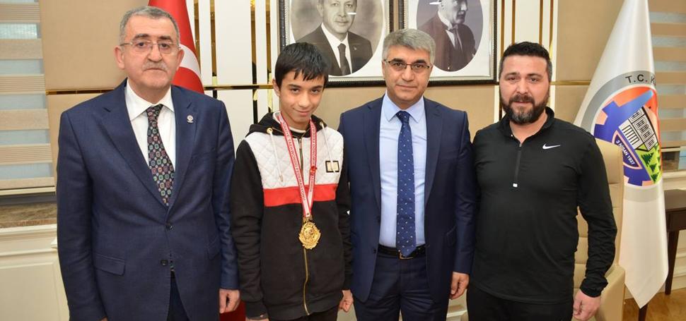 Vali Gürel, Türkiye Şampiyonu Said Emir Altıntırmık'ı ödüllendirdi