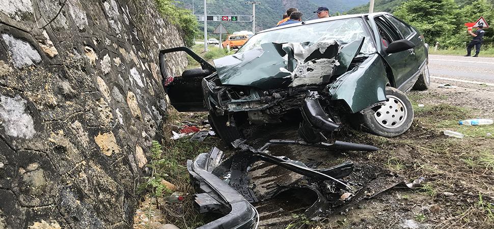 Otomobil direğe çarptı 3 kişi yaralandı