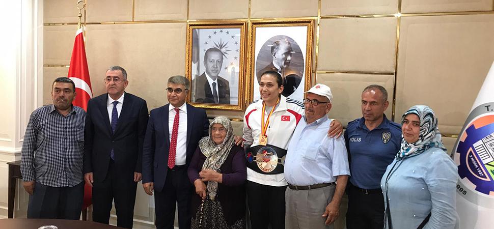 Büyük Kadınlar Avrupa Boks Şampiyonu Vali Gürel'i ziyaret etti