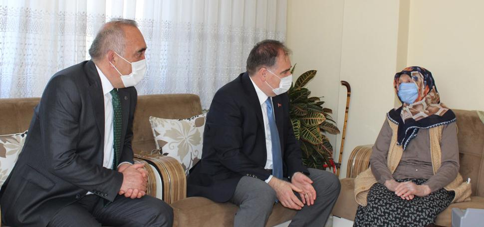 """Safranbolu'da """"Adreste Nüfus Hizmeti""""nden ilk 104 yaşındaki Ayşe nine ve eşi yararlandı"""